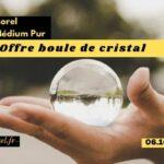 le voyant medium pur jérôme Morel offre une boule de cristal pour prédire l'avenir